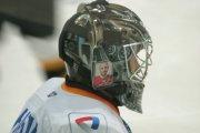 """Голкипер """"Северстали"""" Тарасов нанес на шлем фото Вьюхина"""